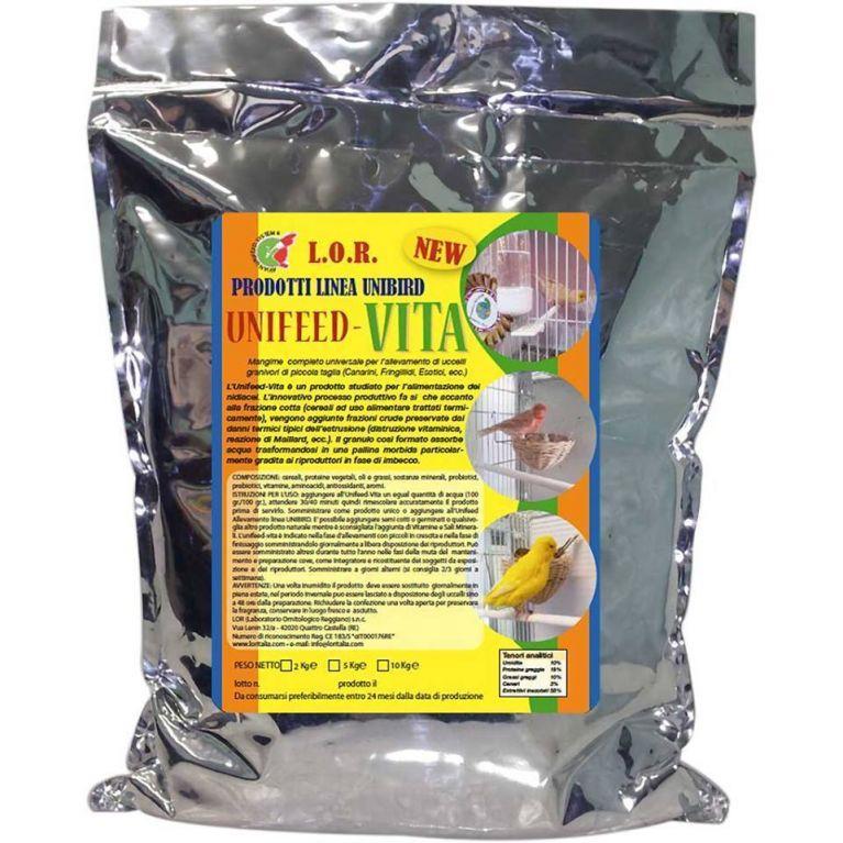 <p>Unifeed VITA: Mangime completo universale per l'allevamento di uccelli granivori di piccola taglia (Canarini, Fringillidi, Esotici, Psittacidi ecc.).</p><p><br>L'Unifeed-Vita è un prodotto studiato per l'alimentazione dei nidiacei. L'innovativo processo produttivo fa si che accanto alla frazione cotta (cereali ad uso alimentare trattati termicamente), vengono aggiunte frazioni crude preservate dai danni termici tipici dell'estrusione (distruzione vitaminica, reazione di Maillard, ecc.). Il granulo così formato assorbe acqua trasformandosi in una pallina morbida particolarmente gradita ai riproduttori in fase di imbecco.</p>
